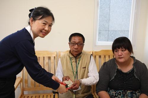 慈濟志工將鑰匙交給住戶
